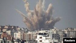 Serangan udara Israel di Gaza tahun lalu (foto: dok). Laporan PBB mengatakan bahwa baik Israel maupun Hamas sama-sama melakukan kejahatan perang dalam perang Gaza tahun 2014.