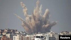 Humo y arena se elevan luego de un ataque israelí en Gaza.