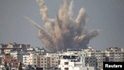 이스라엘과 팔레스타인 무장정파 하마스 사이에 교전이 계속되는 가운데, 25일 가자지구에 화염이 솟구치고 있다.
