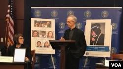美国宗教自由委员会主席托马斯·里斯致辞。(美国之音记者林枫)