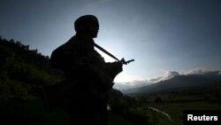 Một binh sĩ Ấn tuần phòng gần Làn ranh Kiêm soát Kashmir