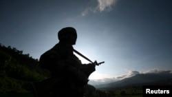 Seorang tentara India berpatroli dekat garis gencatan senjata yang membagi Kashmir antara India dan Pakistan, di distrik Poonch. (Foto: Dok)