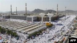 Những người hành hương cầu nguyện bên ngoài đền thờ Namira ở núi Arafat gần Mecca, Ả Rập Saudi, 15/11/2010