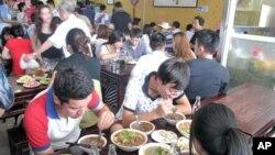 来自中国的报道说,中国每年有200万吨到300万吨地沟油回流餐桌
