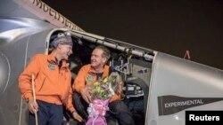 Uçağın pilotları Andre Borschberg ve Betrand Piccard dünya turunun ilk duragı Umman'da