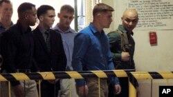 Anggota Marinir AS, Joseph Scott Pemberton (ke-4 dari kanan) dikawal saat memasuki pengadilan di Olongapo , provinsi Zambales, Filipina (foto: dok).