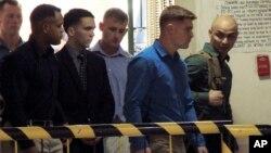 El cabo Joseph Scott Pemberton, tercero desde la izquierda, fue encontrado culpable de asesinar a la transexual filipina, Jennifer Laude, y condenado a 12 años de cárcel.