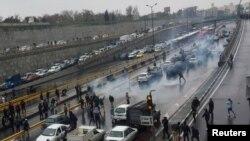İran'da akaryakıt zammı halkı sokağa döktü. Gösterilerde en az 12 kişinin öldüğü haber veriliyor. Ülkede internet erişimi de engellenmiş durumda.