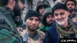 قاسم سلیمانی فرمانده سپاه قدس گروهی از سربازان از ایران و دیگر کشورها را در عراق و سوریه هدایت می کند.