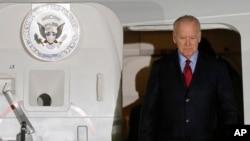 Wapres AS Joe Biden saat tiba di bandara Borispol di luar ibukota Kyiv, Ukraina Senin pagi (7/12).