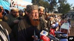 مولانا سمیع الحق پشاور میں ایک جلسے میں تقریر کر رپے ہیں۔ فائل فوٹو
