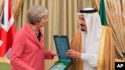 지난 4월 사우디아라비아를 방문한 테레사 메이 영국 총리(왼쪽)가 살만 사우디 국왕으로부터 선물을 받고 있다.