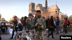 Binh sĩ tuần tra gần nhà thờ Notre Dame sau các cuộc tấn công chết người ở Paris, ngày 15/11/2015.