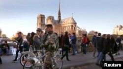 法国巴黎圣母院附近巡逻的士兵(资料图,2015年11月15日)