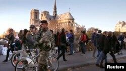Binh sĩ Pháp tuần tra trên một cây cầu gần nhà thờ Notre Dame sau các vụ tấn công chết người ở Paris, ngày 15/11/2015.