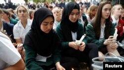 សិស្ស និងនិស្សិតប្រមូលផ្តុំគ្នាដើម្បីគោរពដល់វិញ្ញាណក្ខន្ធរបស់ជនរងគ្រោះនៃការបាញ់សម្លាញ់ នៅខាងក្រៅព្រះវិហារឥស្លាម Masjid Al Noor ក្នុងក្រុង Christchurch ប្រទេសនូវែលសេឡង់ កាលពីថ្ងៃទី១៨ ខែមីនា ឆ្នាំ២០១៩។