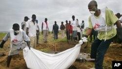 Des employés de MSF enterrant des morts à Monrovia, au Libéria (AP)