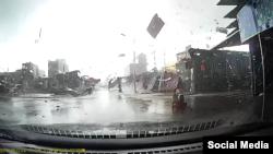 Hình chụp từ video cho thấy lốc xoáy thổi tung mái nhà, hất tung nhiều vật dụng tại một khu chợ ở xã Yên Trung.