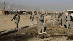 سربازان آمریکایی در حال بازرسی از محل انفجار