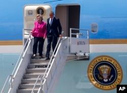ປະທານາທິບໍດີ Obama ແລະຜູ້ສະໝັກປະທານາທິບໍດີ ພັກເດໂມແຄຣັດ ທ່ານນາງ Hillary Clinton ຍ່າງລົງຈາກເຮືອບິນ Air Force.