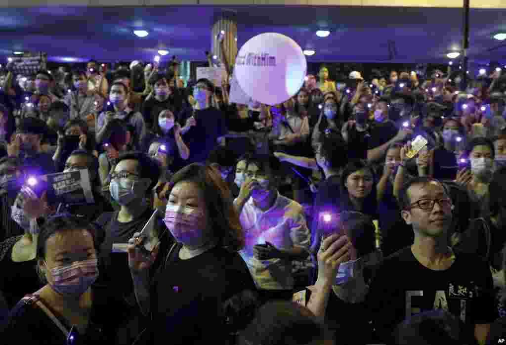 几千人在香港金融区集会并打亮手机,抗议他们所说的警察性暴力。(2019年8月28日)