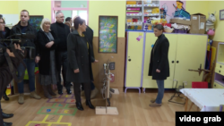 Premijerka Srbije Ana Brnabić tokom posete vrtiću u Laćarku, u opštini Sremska Mitrovica