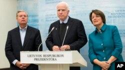 Сенатори США Ліндсі Ґрем, Джон Маккейн та Еймі Клобучар на прес-конференції у Вільнюсі