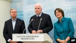 Le sénateur McCain (au milieu) en compagnie de ses collègues, le républicain Lindsey Graham et la démocrate Amy Klobucha, au palais présidentiel de Vilnius, en Lituanie