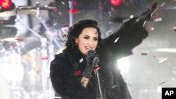Penyanyi Demi Lovato tampil dalam perayaan tahun baru di Times Square, Kamis malam (31/12).