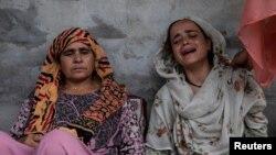 کشمیر میں گرفتار ہونے والے ایک شخص کی بہن اور والدہ غم سے نڈھال ہیں (فائل فوٹو)