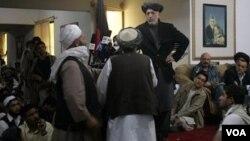 Presiden Hamid Karzai berbincang dengan kepala-kepala suku Afghanistan di Kandahar, 14 April 2010.