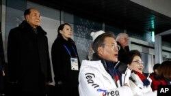 2018年2月9日在韩国平昌举行的2018年冬奥会开幕式上,演奏韩国国歌时,韩国总统和夫人,朝鲜高官金永南和金与正肃立。