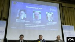 El profesor Bertil Holmlund, el secretario permanente de la Real Academia de Ciencias, Staffan Normark y el profesor Per Krusell, al anunciar el premio Nobel de economía.
