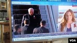 卢卡申科去年5月7日抵达莫斯科参加二战胜利庆祝活动。同其他一些前苏联地区国家一样,白俄罗斯害怕俄罗斯影响力扩大。双方采用不同标志物纪念二战结束。卢卡申科和俄罗斯女记者胸前佩戴不同的二战胜利纪念标志(美国之音白桦)。