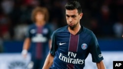 Javier Pastore, à gauche lors du match de football de Ligue 1 contre Metz, France le 21 août 2016.