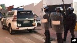 Agentes da Guarda Civil fizeram rusgas em duas empresas