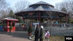 使用太陽能電池屋頂發電的國家動物園保育旋轉木馬甚受兒童歡迎。
