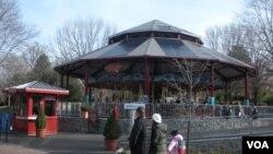 Solarne ploče na krovu ringišpila u Nacionalnom zoo vrtu u Vašingtonu.