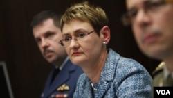 Juru bicara NATO, Oana Lungescu (tengah) khawatir Rusia akan mengirim pasukan ke Ukraina (foto: dok).