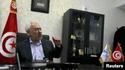 ທ່ານ Rachid Ghannouchi ຜູ້ນຳອະວຸໂສຂອງຂະບວນ ພັກສາສະໜາອິສລາມ Ennahda ທີ່ນິຍົມແນວທາງປານກາງ ກ່າວຄໍາປາໄສໃນລະຫວ່າງການໃຫ້ສໍາພາດ ກັບອົງການຂ່າວ Reuters ໃນນະຄອນ Tunis ຂອງຕູນີເຊຍ ໃນວັນທີ 12 ກຸມພາ 2013.
