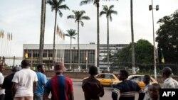 Quelques personnes devant le bâtiment du parlement camerounais, Yaoundé, 17 novembre 2017.