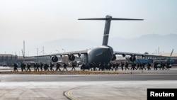 美军士兵抵达喀布尔国际机场提供安全支援。(2021年8月20日)