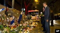 Le président Barack Obama , à droite, et français Francois Hollande déposent des fleurs au Bataclan , site de l'une des attaques terroristes à Paris.