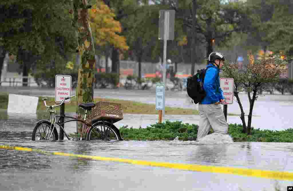 Nhiều con đường ở thành phố Norfolk, phía nam tiểu bang Virginia, đã bị ngập. 29/10/2012.