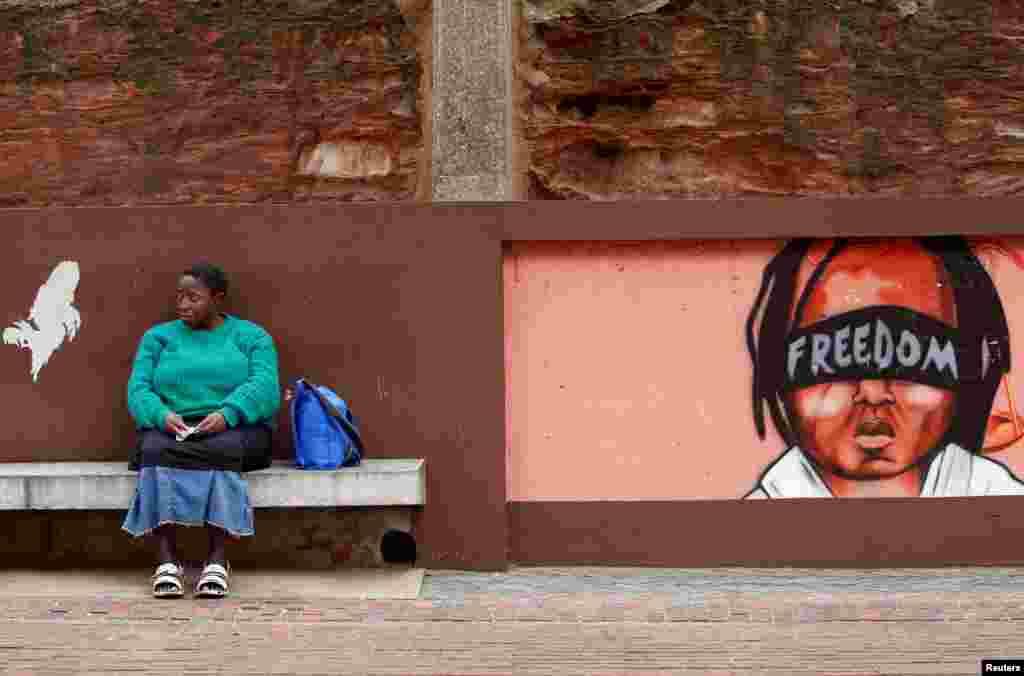 Güney Afrika Johannesburg'ta Anayasa Mahkemesi önünde oturan kadın