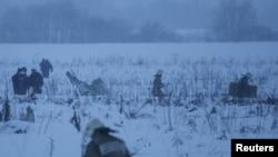 Pripadnici hitnih službi na mjestu pada aviona za lokalne letove, Antonov AN-148, koji se srušio nakon polijetanja sa moskovskog aerodroma Domodedovo, nedaleko od Moskve, 11. februara 2018.