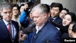 Đặc sứ Mỹ về Triều Tiên Stephen Biegun (giữa) bị các nhà báo bao vây khi ông đến phi trường quốc tế Incheon ở Incheon, Hàn Quốc, ngày 3/2/2019.