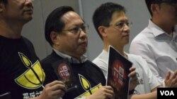 香港支聯會主席何俊仁(左二)與多位支聯會常委展示今年首次印製的《六四答問》小冊子。(美國之音湯惠芸)