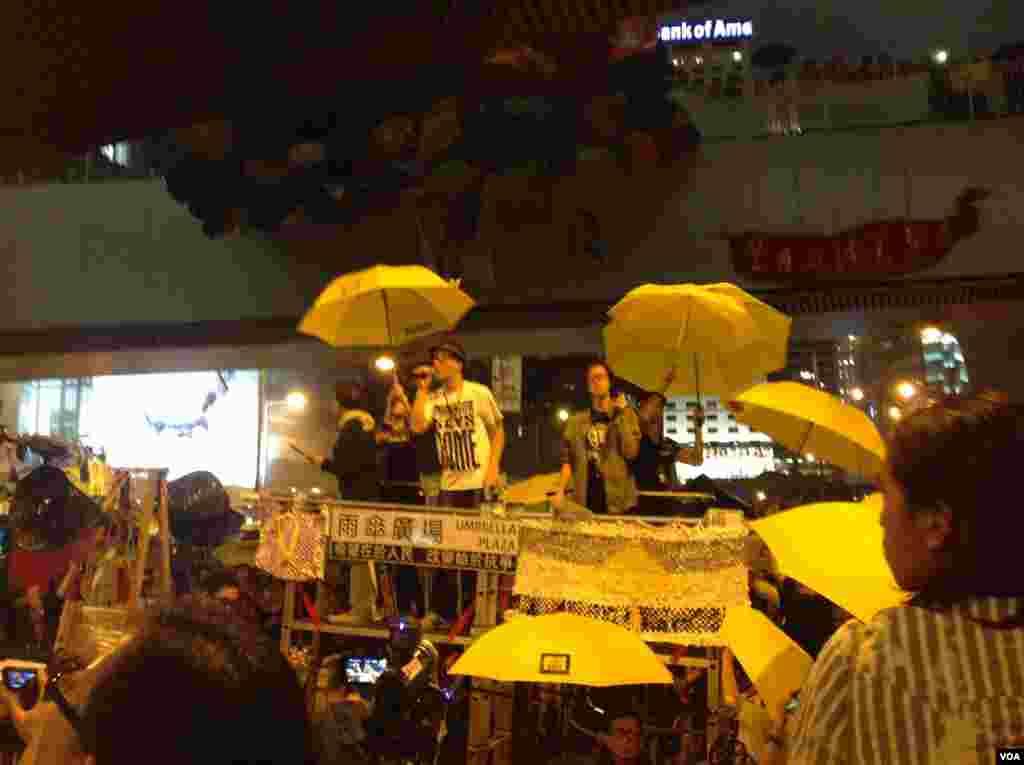数以千计港人在金钟占领区举伞默立87秒,纪念占领运动满月(美国之音海彦 拍摄)