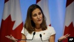 """""""No continuaremos con la escalada, pero no daremos marcha atrás"""", señaló la ministra de Relaciones Exteriores de Canadá, Chrystia Freeland en una conferencia de prensa televisada en la planta de Stelco Holdings Inc. en la ciudad acerera de Hamilton, en Ontario."""